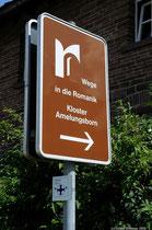 Moderne Hinweisschilder bringen den Pilger und andere Besucher sicher ans Ziel.