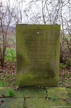 Davidstern, Inschriften in Deutsch und Hebräisch. Auf dem Gedenkstein abgelegte Steine deuten auf einen regelmässigen Besuch der Grabstätte hin