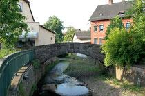 Die historische Worthbrücke. Erbaut als Übergangsmöglickeit bei Hochwasser über der alten Furt. Die Lenne nicht mehr als ein Rinnsal.