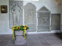 Aber auch die Grabplatten und die restliche Ausgestaltung der Kirche machen sie zu einem echten Kleinod.