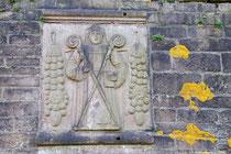 Relief aus dem Ortstypischen Rotsandstein am Eingangstor zum Klostergelände