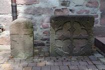 Die zwei Galgensteine standen ursprünglich an der Strasse nach Lüerdissen. Der eine Stein steht sicher im Zusammenhang mit dem Hoch- und Halsgericht des Gaues Wikanafelde, der andere Stein ist ein Sühnestein.