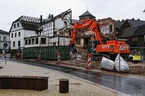 """Der Abriss geht weiter. Das ehemalige Hotel """"Zum Stadtberg"""" fällt dem Bagger zum Opfer."""