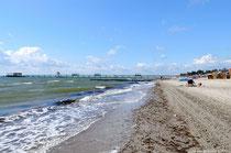 Der Strand mit Blick auf die neue Seebrücke