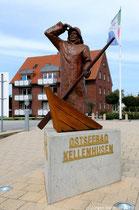 Diese Skulptur, schon fast ein Wahrzeichen Kellenhusens, steht am Übergang von der Innenstadt zur Strandpromenade