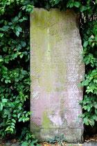 Ein alter Gedenkstein in der Nähe der Kapelle.