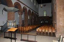 Blick in die Stuhlreihen der Kirche