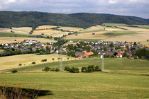 Ein Blick vom Scharfoldendorfer Schützenhaus auf dem Kappenberg hinunter auf meinen Geburtsort Scharfoldendorf. Seit Jahrzehnten schon ein Ortsteil Eschershausens. Im Hintergrund der Ith.