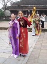 Frauen in wunderschönen Kleidern besuchen die Kaisergräber