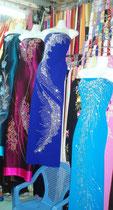 und auch schöne Kleider sind am Markt zu finden