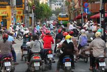 unbeschreiblich viele Mopeds sind hier unterwegs