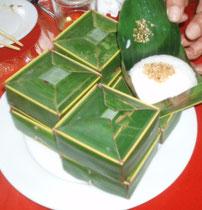 Reis in der Palmblattschachel serviert