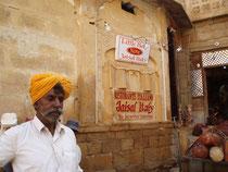 Bitte dieses Bild genau betrachten... ein ital. Restaurant in Jaisalmer!!