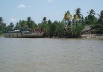 Boote am Ufer im Mekongdelta