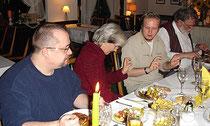 Teilnehmer beim Essen im Gespräch