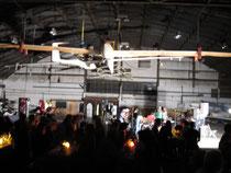 Der nächtliche Hangar beim Fest.