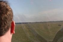 Blick aus dem Cockpit der ASK 13 auf das Ziellandefeld. Foto: Schröder