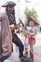 Lina überwältigt Jack Sparrow