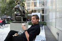 Der Künstler neben Henry Moore