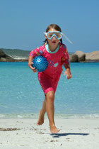 Lina schwebt über den Strand