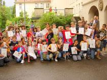 Bild 5: Gruppenbild der Bestplatzierten im Hof der Lerchenrainschule