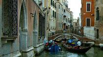 Gondeln auf einem der zahlreichen Kanäle in Venedig