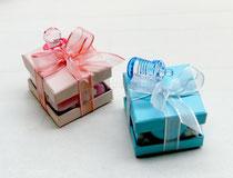 Scatolina in cartoncino 5 x 5 h 4 rosa o azzurro con finestra in pvc,confezionata con velo in tinta,5 confetti rosa Crispo con pillole di mimosa bianche, ciondolo in resina rosa e bigliettino scritto €2,50