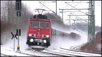 In wenigen Minuten wird 155 089 mit dem leeren Autotransport durch die Ortslage Niederwiesa donnern, hier gesehen am 12.02.2009.