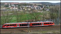 Erzgebirgsbahn vor der Kulisse von Flöha, hier bei der Einmündung der Flöha (im mittleren Bildteil) in die Zschopau (im unteren Bildteil).