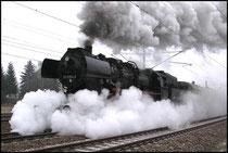 Mit fauchen und zischen nimmt der Zug fahrt auf in Richtung Chemnitz.