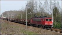 155 117 am 08.04.2009 mit dem VW-Zug zwischen Niederwiesa und Flöha. Die Baumfällungen zur Bauvorbereitung für die Ortsumfahrung Flöha sind zu diesem Zeitpunkt bereits abgeschlossen.