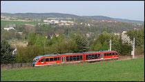 Erzgebirgsbahn durch den Frühling, im Hintergrund Flöha.