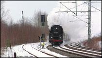 Vor wenigen Minuten hat die Schnellzuglok 01 1533 der ÖGEG mit einem Sonderzug Chemnitz in Richtung Dresden verlassen, hier im Bild festgehalten am 15.02.2009.