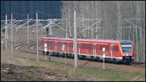 Zweiteiliger Regionalexpress von Nürnberg nach Dresden passiert die von Bäumen gelichtete Strecke.