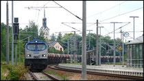 Die Lok zieht einen langen Zug in Richtung Flöha.