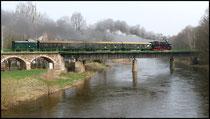 Mit einem Sonderzug überquert die 65 1049 die Zschopaubrücke.