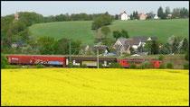 Am 28.04.2009 rauscht BR 155 mit VW-Zug durch die Ortslage von Niederwiesa.