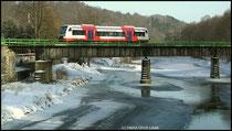 Hier überquert ein Triebwagen der Citybahn Chemnitz die gefrorene Zschobau in Richtung Niederwiesa.
