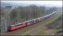 Autotransportzug mit 155 175 in Richtung Zwickau am 08.04.2009.