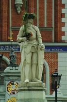 Denkmal vor dem Schwarzhäupter Haus