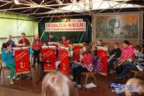 16 Schüler bei ihrem ersten gemeinsamen Auftritt.