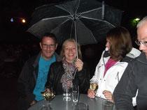 Unter weiblicher Schirmherrschaft ging es bei leichtem Regen auf den Heimweg.