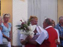 Dieter gratuliert der sichtlich gerührten Ilse.