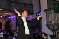 Unser Dirigent macht Stimmung bei den Zugaben oder beklatscht er sein Orchester??