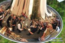 Glänzende Musiker spiegeln sich im Instrumententrichter.