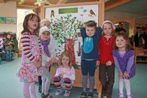 Die Kinder gestalten einen Poster zum Gartenrotschwanz- dem Vogel des Jahres 2011