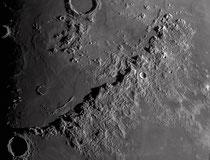 Monts des Apennins. Chaîne de montagnes 953x100 km nommés par Helvetius en 1647 bordants la mer Imbrium en son sud.