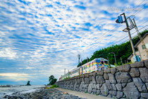 JR氷見線ハットリくん列車と雨晴海岸(高岡市)