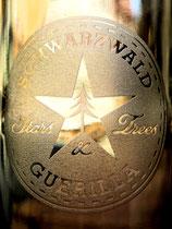 Glas aus Weinflasche mit Gravur