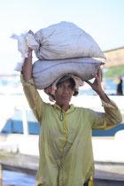 1 Sack wiegt 25kg, also tragen diese Frauen 50kg auf dem Kopf und das stundenland.. einfach wahnsinn!